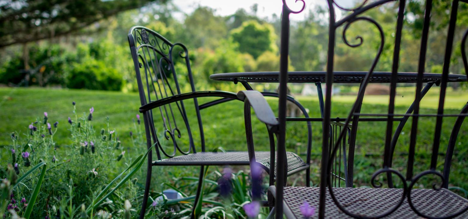 Comment rénover son salon de jardin en bois, fer ou PVC ?