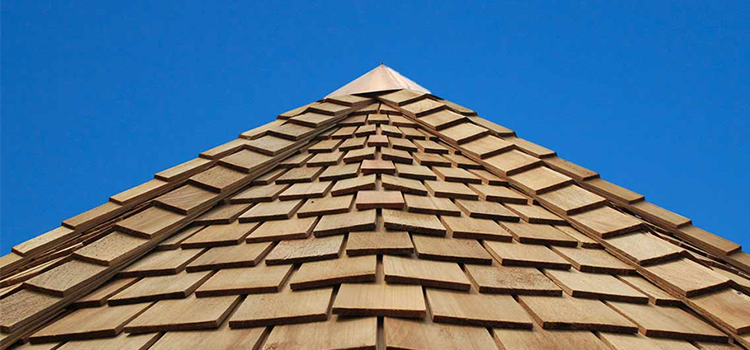 Sur le toit, des tuiles de bois !